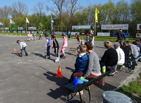 Bezoekers van de open dag konden meedoen met de skate clinic die door Lisa werd gegeven. Enkelen hadden hun eigen skeelers meegenomen. Voor anderen had de vereniging skeelers en beschermingsmateriaal beschikbaar.