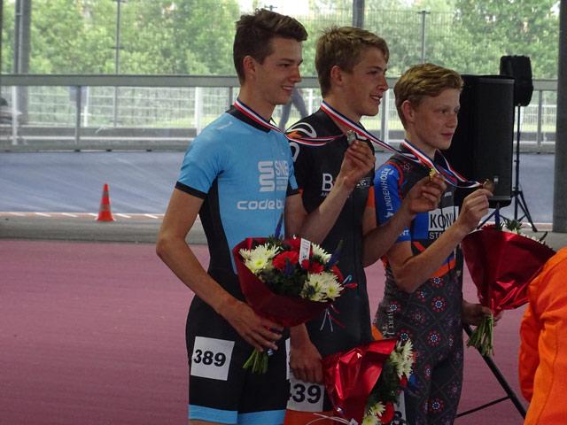 Met doorzettingsvermogen in de laatste ronde weet Gert Jan de laatste bocht goed snelheid te houden en de bocht krap te nemen waardoor hij opschuift naar de 2e plaats. Het verschil in de sprint tussen de nummers 1,2 en 3 is klein.
