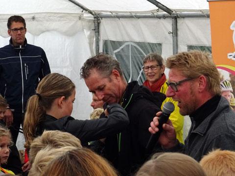 Frank Westerhuis ontving een speldje voor alle prachtige foto's die hij door de jaren heen gemaakt heeft van het toernooi