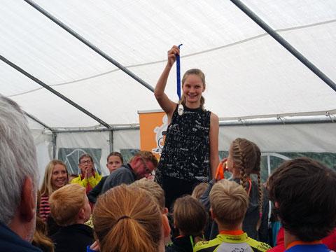 Bente Kerkhoff toont de skate jeugd haar EK-medaille