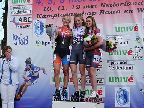 Podium jun.a dames 500m: Anna van den Bos 2e