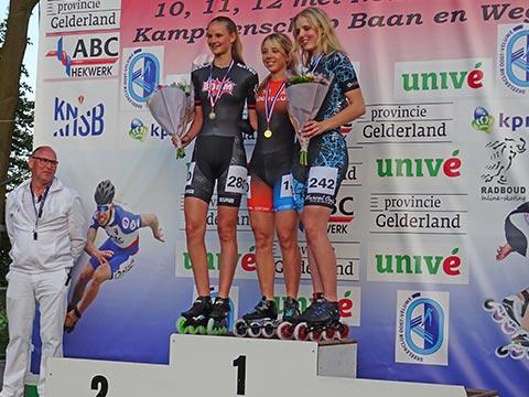 Podium jun.a meisjes: Anna van den Bos 1e, Bente Kerkhoff 2e
