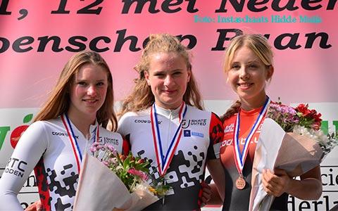 Podium One-lap jun.a dames: Anna van den Bos 3e (foto: Instaschaats Hidde Muije)