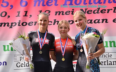 Podium puntenkoers jun.a dames: Anna van den Bos 1e, Bente Kerkhoff 2e (foto: Instaschaats Hidde Muije)