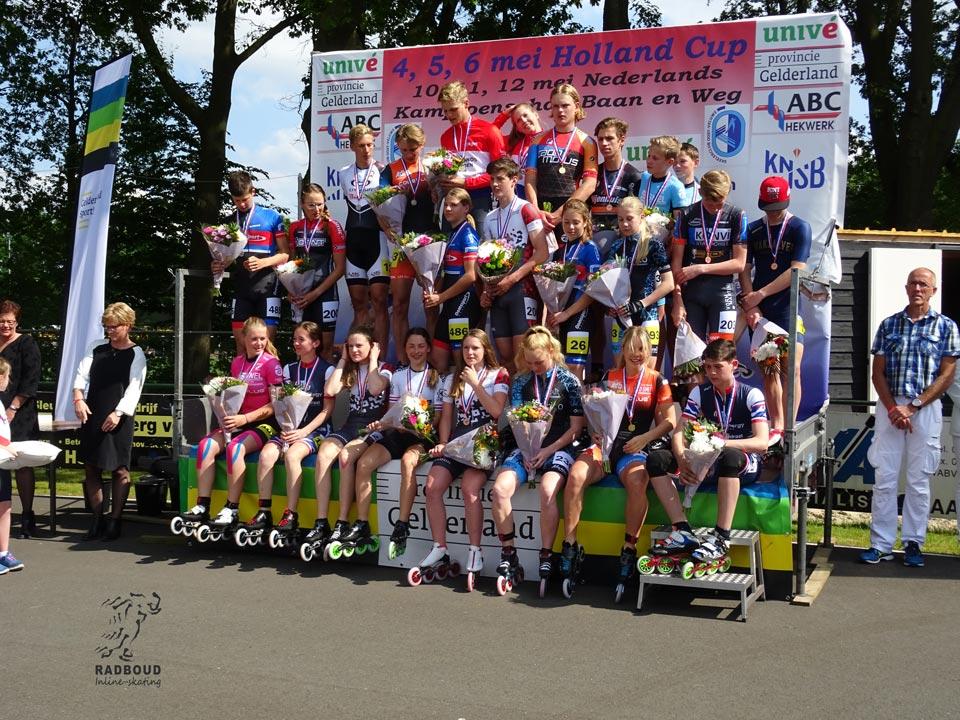 Prijswinnaars van de 1000m op het podium voor het Wilhelmus