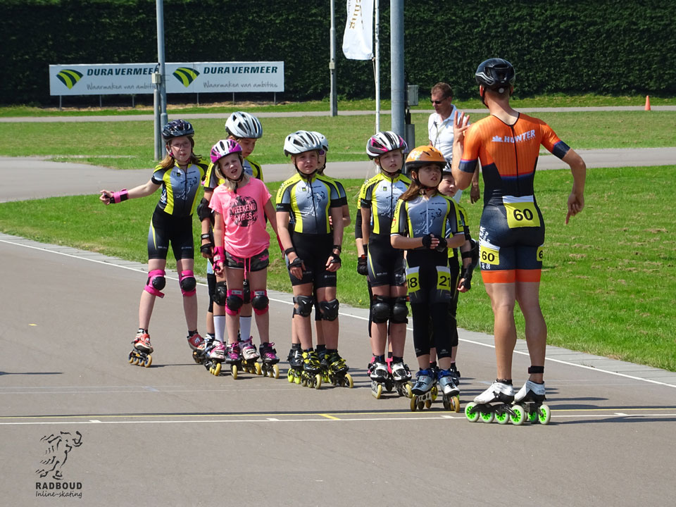 Kay Schipper legt de jeugd promotiewedstrijd uit aan de deelnemers
