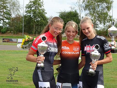 Bente Kerkhoff en Anna van den Bos op het podium eindklassement lange afstanden