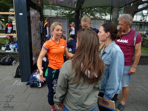 De Nederlandse junioren dames staat schaatsen.nl te woord en zijn niet blij na een chaotische race waarbij het rondebord niet goed stond en de afsprint een ronde te vroeg kwam.