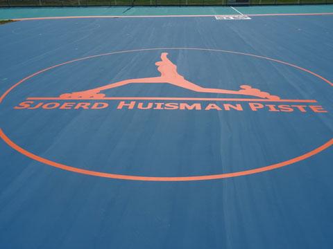 Fraai logo van de Sjoerd Huisman Piste op het middenterrein