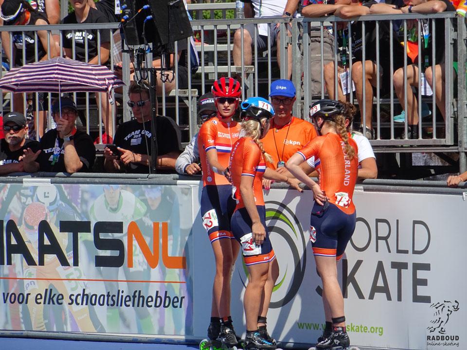 Overleg met de bondscoach met de dames junioren na de race