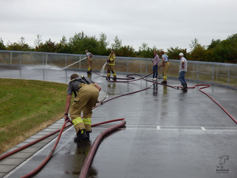 Brandweer Wervershoof komt 'oefenen op de baan' en spuit de baan schoon.