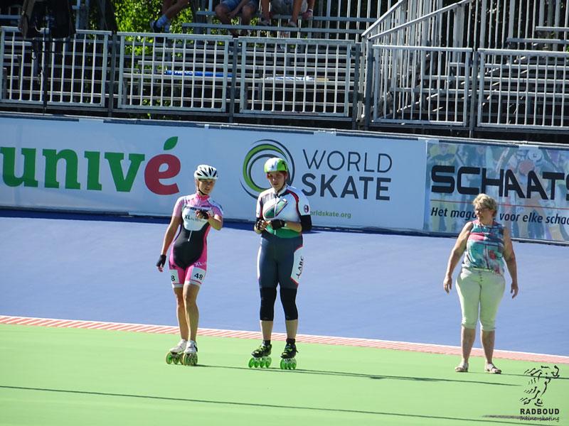 G-skate coach Kelly Schouten wijst Sophie de weg.