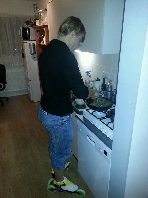 """""""@schipperpim- Nieuwe skeelerschoenen inlopen, doe je tijdens koken """" Kleur past mooi bij Radboud... en Schipper ;-)"""