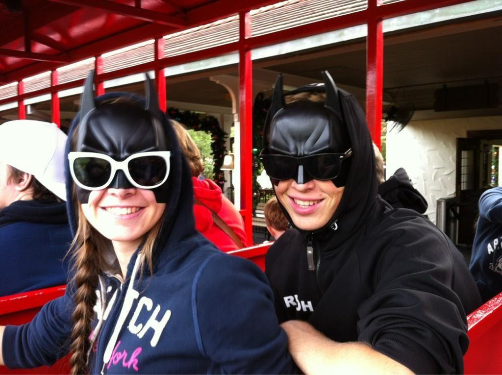Batman & Batwoman nemen ook gewoon de trein!