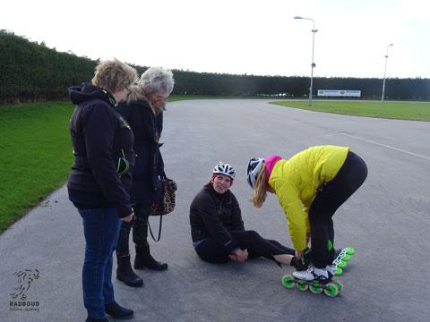 De skates beter aan danzij onze hulpvaardige trainster