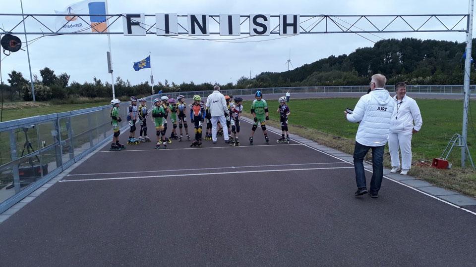 Pupillen aan de start op de piste in Wervershoof