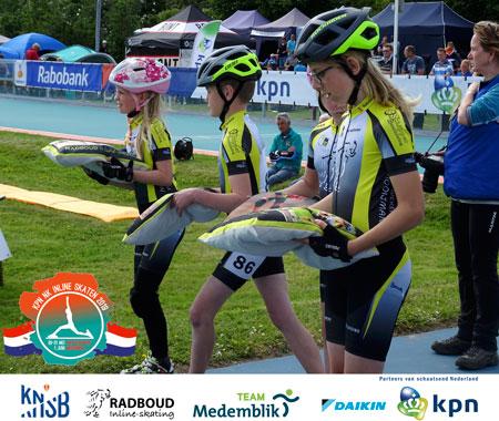 Radboudpupillen helpen bij de medailleceremonie